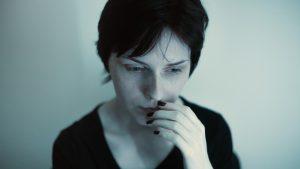 portrait femme inquiète